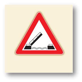 trafik tehlike uyarı işaretleri açılan köprü