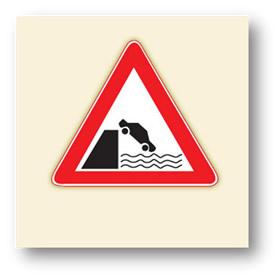trafik tehlike uyarı işaretleri deniz nehir kıyısında biten yol