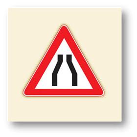 trafik tehlike uyarı işaretleri her iki taraftan daralan yol