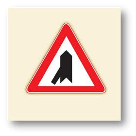 trafik tehlike uyarı işaretleri soldan ana yola giriş